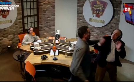 Doi jurnaliști s-au bătut în studioul unui post de radio din Moscova. VIDEO