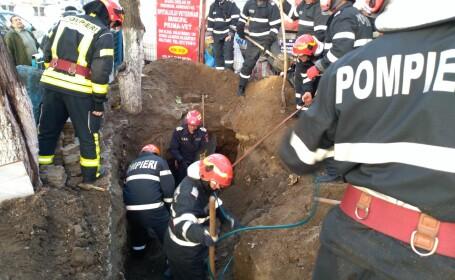 muncitor prins sub placa de beton