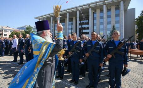 un preot ortodox bincuvanteaza trupele ruse