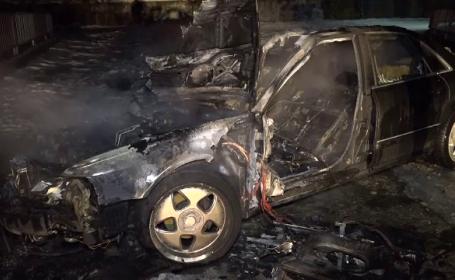 O mașină a luat foc, în timp ce șoferul făcea drifturi în zăpadă, în Argeș