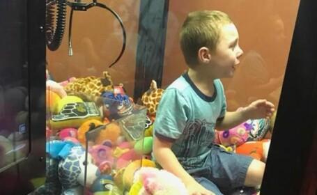 Copil captiv între jucării