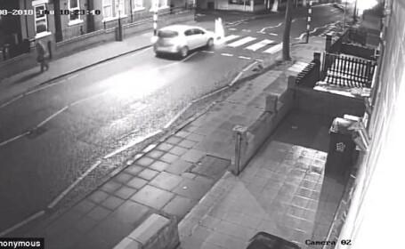 Momentul în care un pieton e lovit pe trecere, iar șoferul fuge. VIDEO