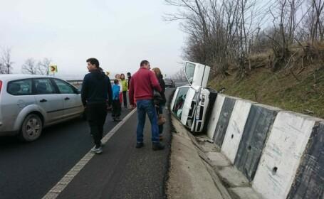 Accident bizar pe DN 66: Un șofer a ajuns cu mașina în șanț