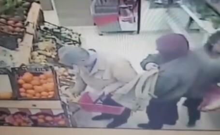 Hoț filmat în timp ce fura borseta unui bătrân aflat la cumpărături
