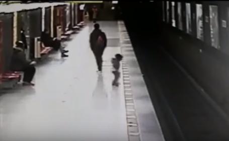 Copil de doi ani, salvat după ce a căzut pe șinele de metrou într-o stație din Milano