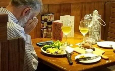 """Imaginea virală: Motivul pentru care bărbatul sărbătorește """"singur"""" Valentine\'s Day"""
