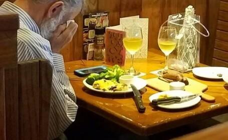 Imaginea emoționantă cu un bărbat care ia masa singur de Ziua Îndrăgostiților. Detaliul dureros de pe masă