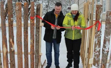 Gardul unei şcoli, inaugurat după 7 ani. Imaginile au devenit virale