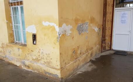 Pereți mucegăiți și plini de bacterii în clinica Pediatrie 4 din Cluj. Imagini cu clădirea
