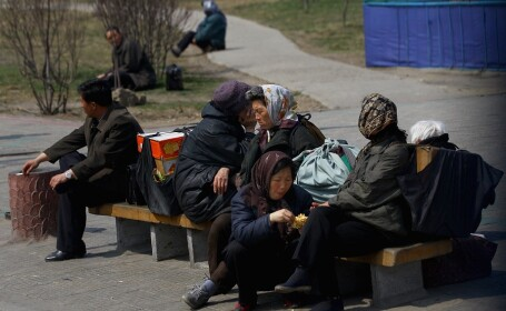 pietoni pe strada, în Phenian