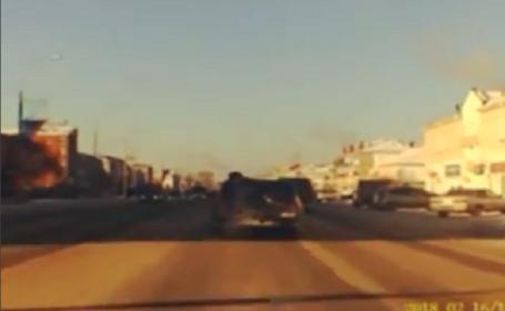 Un şofer a demarat cu un poliţist pe capota Loganului. Cum l-a oprit agentul. VIDEO