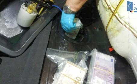 Un șofer a înghesuit în rezervorul mașinii 770.000 de euro. FOTO