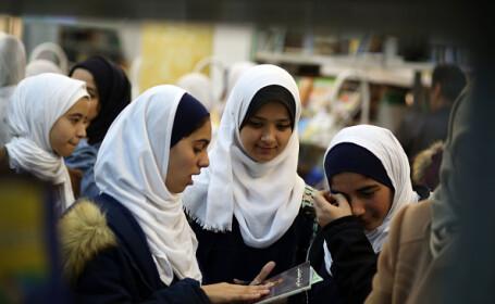 O școală nu le permite fetelor să mănânce decât atunci când termină băieții