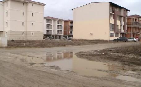 """Cartiere rezidențiale scufundate în noroi. """"Nu se poate merge pe jos"""""""