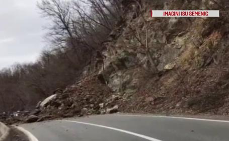 Pământul a luat-o la vale în Caraș-Severin. Drum național, blocat