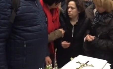 Furie în Italia după ce un copil a fost ucis de iubitul mamei. Femeia, alungată de la înmormântare