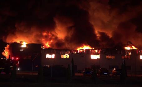 Fabrica din Alba-Iulia încă arde. De 48 de ore, pompierii încă intervin pentru stingerea focului