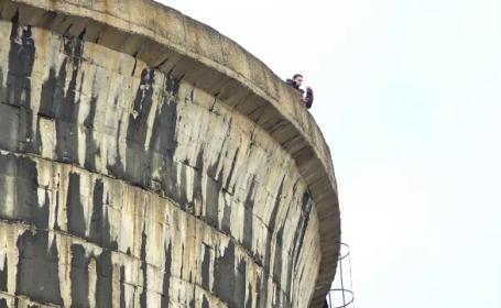 Un tânăr a vrut să se arunce de la 50 de m, după o ceartă cu iubita. Reacția poliției