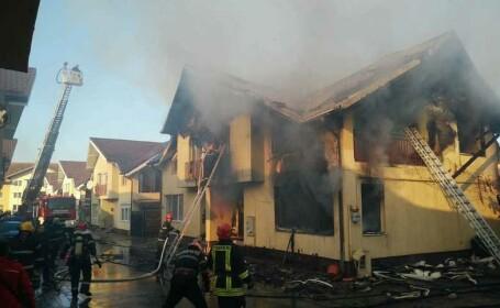Incendiu violent lângă Cluj Napoca. Două persoane au fost duse urgent la spital. VIDEO