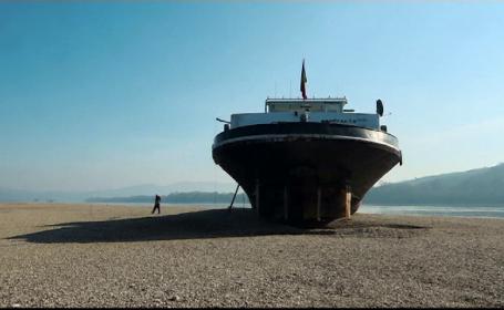 Misterul unei nave românești, pe Dunăre. De ce are un singur marinar la bord