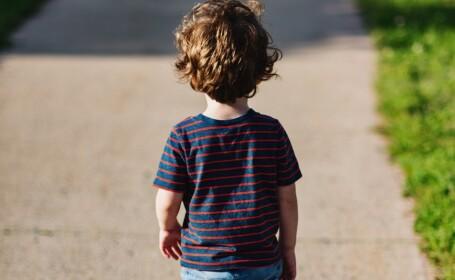 Copil desculț surprins pe străzi de un taximetrist. Mama lui își cumpăra droguri