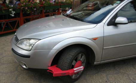 Roți blocate la mașinile parcate neregulamentar în sectorul 4. Cât vor plăti apoi șoferii