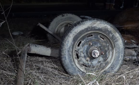 Bărbat spulberat de mașină, după ce a fost aruncat din căruță de un alt autoturism