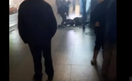 Jandarm filmat când trântește la pământ și loveşte cu piciorul un bărbat, în gara din Cluj