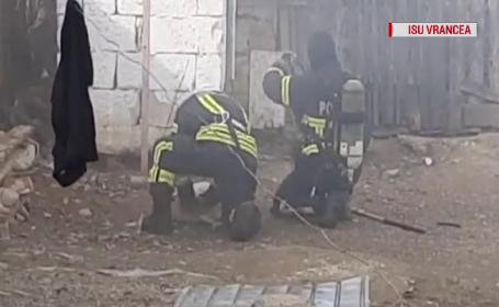 VIDEO. Momentul în care pompierii din Vrancea resuscitează 3 căței intoxicați în incendiu
