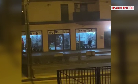 VIDEO. Cei mai ghinioniști hoți din Timișoara. De ce nu au reușit să spargă vitrina unui magazin