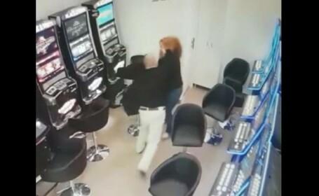 VIDEO. Angajata unei săli de jocuri din Timișoara, bătută și jefuită de un client nervos