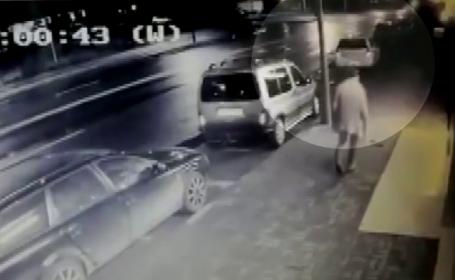 Momentul în care un tânăr dă foc unui taximetru, în Alba Iulia