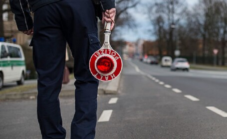 Poliţist rămas fără o bucată de deget după ce a fost muşcat de un individ