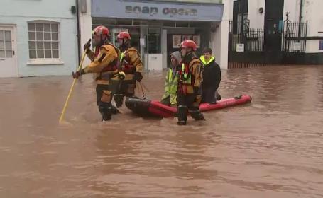 Furtuna Dennis face ravagii în Marea Britanie și Franța. Trei persoane au murit