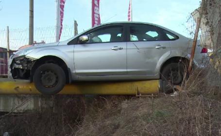 Accident în lanț în Dâmbovița. O mașină a rămas suspendată pe o conductă de gaz