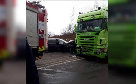 Impact violent în Timiș. O mașină cu 3 tineri s-a izbit frontal cu un camion