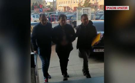 Un agent de pază urmărea tinere cu trotineta ca să se dezbrace în faţa lor