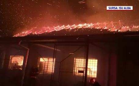 O hală din Alba Iulia, cuprinsă de flăcări uriașe. Ce se afla în clădire