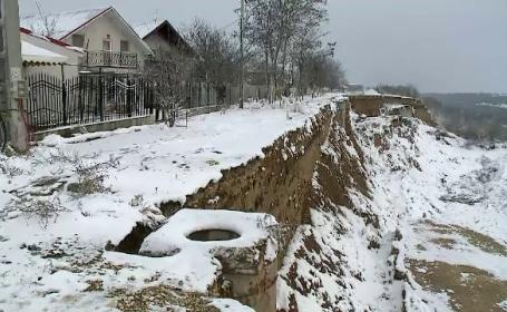 """Un cartier întreg de case din Cumpăna se poate prăbuși oricând în Canalul Dunăre- Marea Neagră. """"Dacă plouă, se rupe imediat"""""""