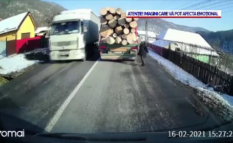 A vrut să traverseze și a intrat cu capul într-un camion de lemne. Ce s-a întâmplat