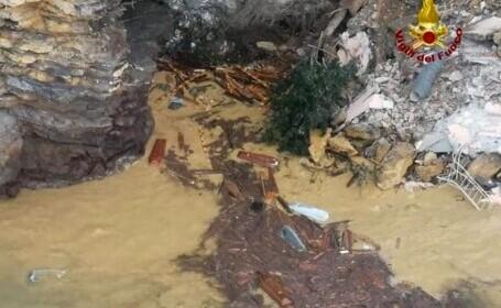 VIDEO&FOTO. 200 de sicrie au ajuns în mare după o alunecare de teren, la un cimitir din Italia