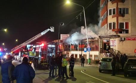 Incendiu în Petroșani. Un magazin aflat lângă un bloc de locuințe a luat foc. VIDEO