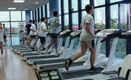 Studiu: Oamenii care merg la sala de fitness isi petrec o treime din timp cu alte activitati