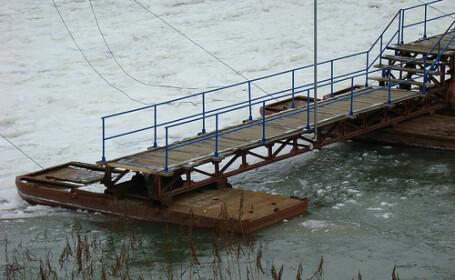 Pericol pe Mures, unde un pod format din pontoane sta sa cada!
