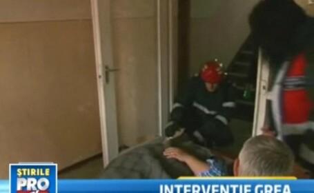 Interventie dificila a pompierilor. Au salvat viata unui pacient de 300 kg