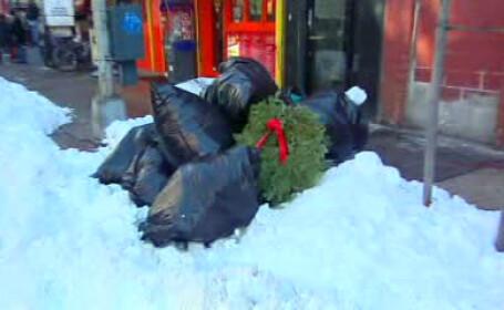 Au scapat de zapada, a ramas gunoiul! New York-ul sufocat de sacii menajeri