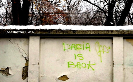 Dacia is back - mesaj pe zidul Ambasadei Ungariei la Bucuresti