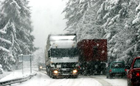 Tiruri pe drum inzapezit, trafic, iarna
