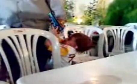 Un barbat a fost impuscat mortal de fiul lui de numai 3 ani. Video