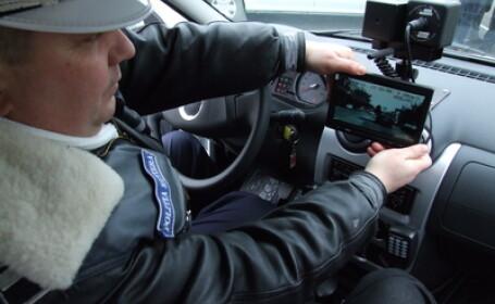 Un politist testeaza un radar